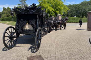 Mogelijkheden-rouwvervoer-Zwarte rouwkoets met Friesche paarden