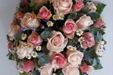 uitvaartzorgnop-mogelijkheden-bloemwerk-biedemeijer zacht roze